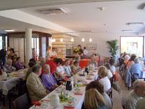 große Tafel in der Caféteria