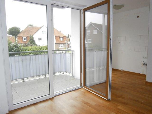 Wohnraum mit Balkon und Kochnische ✓ Dissen ✓ 54 qm seniorengerechtes Appartement zu vermieten ✓