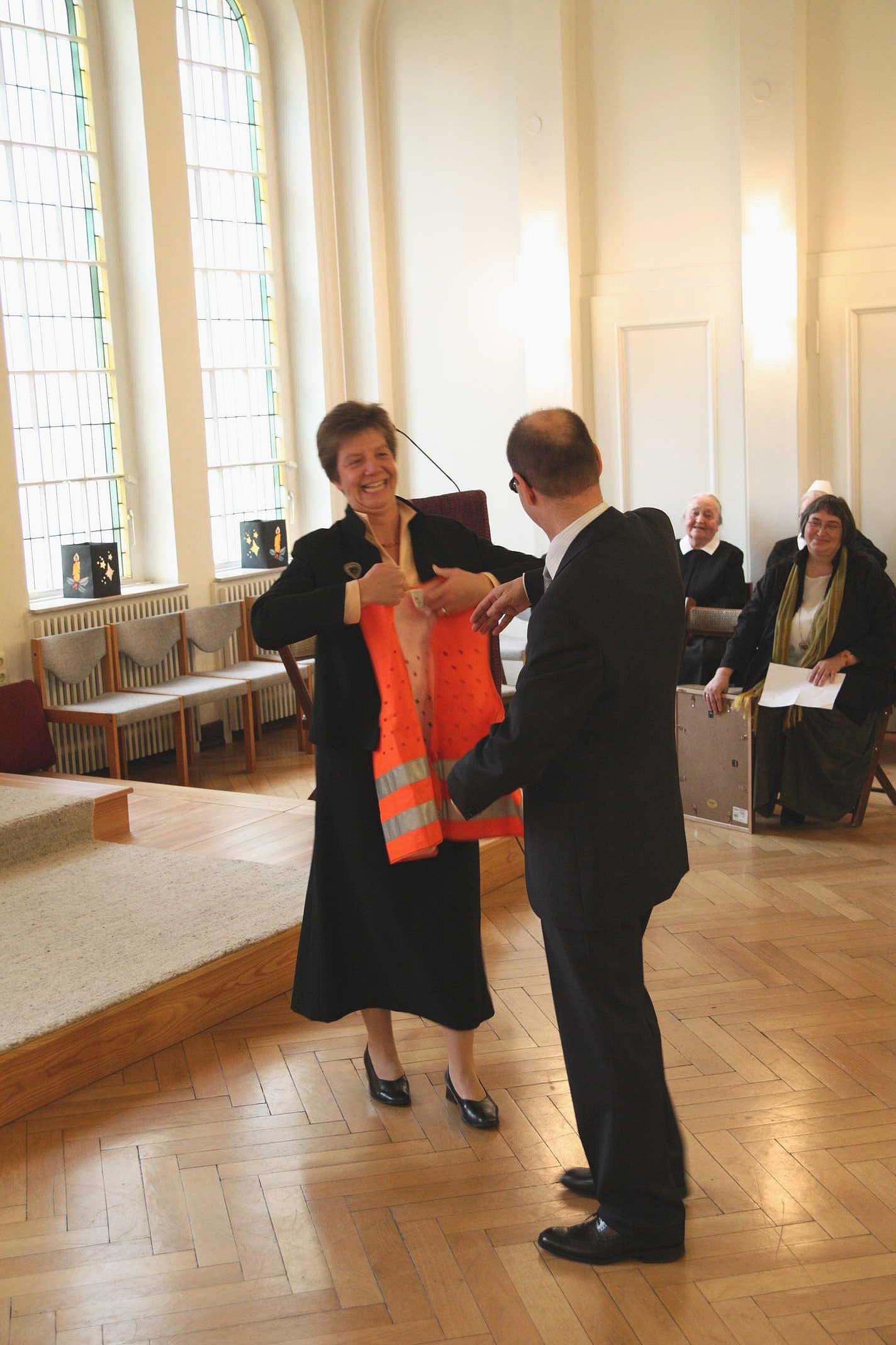 Sr. Anke Frickmann grüßt Michael Pergande als neuen Einrichtungsleiter...